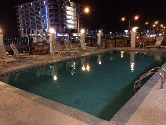 Star Inn - Biloxi: King jacuzzi room and pool.