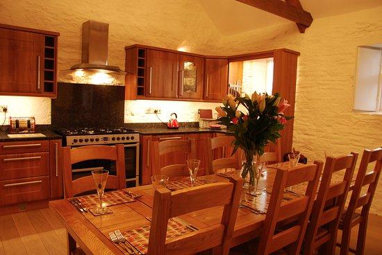 Duloe, UK: Hob Nob kitchen and dining