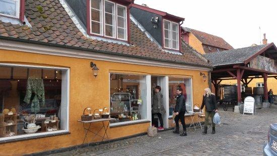 Koege, Denmark: Butikken ligger i Oluf I. Jensens Gaard, som er en af Køges smukkeste og bedst bevarede bygårde.