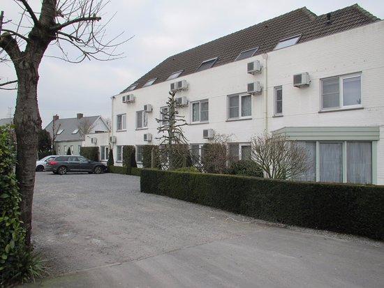 Zedelgem, Бельгия: achterzijde waar hotelkamers zich bevinden + ruime, gratis parking