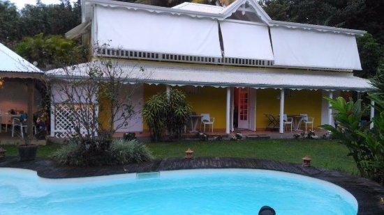 Petit-Bourg, Guadeloupe: vu de la maison depuis la piscine  (à gauche table à manger + espace cuisine+accés aux 2 chambre