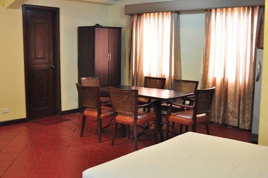 Kawit, الفلبين: Table inside the Superior Room