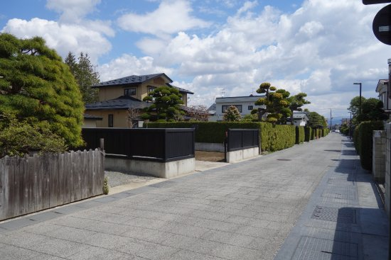 Hirosaki City Nakamachi Traditional Samurai House Preservation Area: 中には生け垣では無い家もある