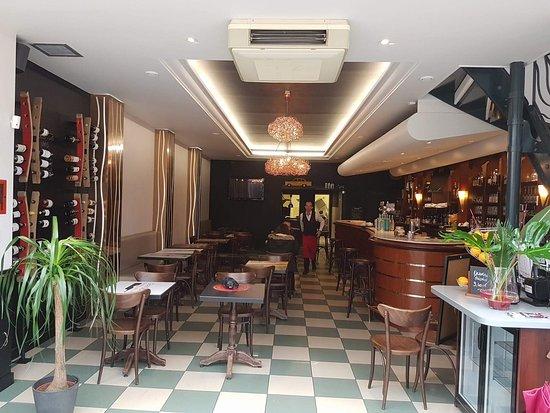 Décoration moderne et chaleureuse - Picture of Le Grand Cafe, La ...