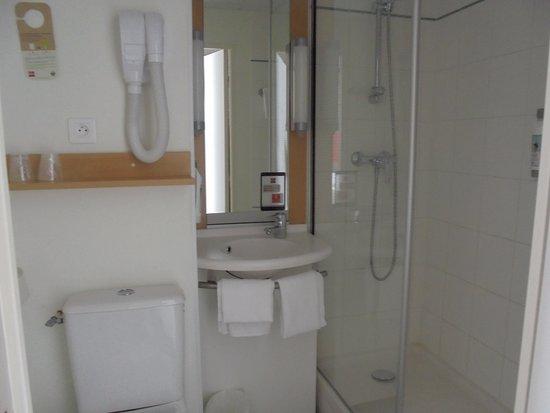 salle de bain avec s che cheveux picture of ibis saint. Black Bedroom Furniture Sets. Home Design Ideas