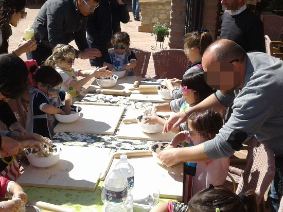San Venanzo, Италия: Tutti bambini a fare il pane per la cena