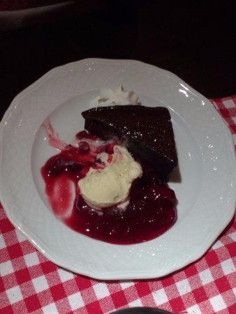 Apelern, Duitsland: Schoko-Brownie mit Sahne, Vanilleeis und heißen Kirschen