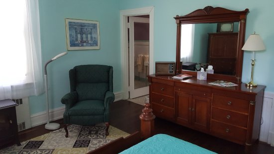 Morehead Manor Bed and Breakfast: Reading Recliner in the jasmine Room
