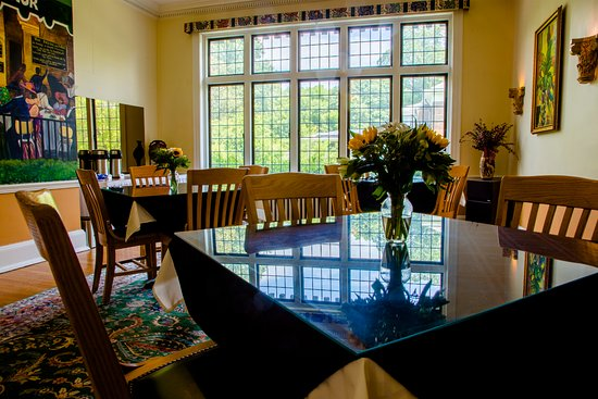 Morehead Manor Bed and Breakfast: Pecan Dining Room