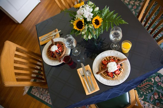 Morehead Manor Bed and Breakfast: Breakfast at the Inn