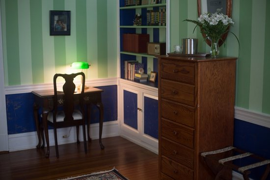 Morehead Manor Bed and Breakfast: Writing Desk in the Eagle's Inn
