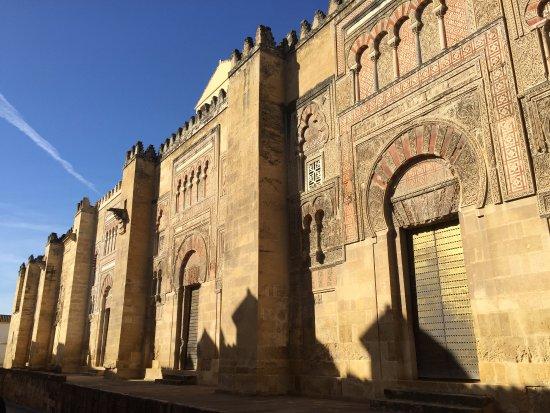 Exterior picture of mezquita cathedral de cordoba for Exterior mezquita de cordoba