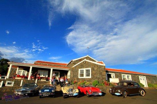 Terceira, Portugal: Exteriror da fábrica - visita de carros clássicos