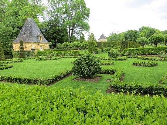 Salignac-Eyvigues, France : entre les arbres taillés, ce qui reste de la photo vue sur les publicités