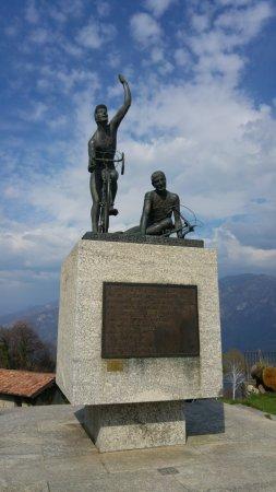 Magreglio, إيطاليا: Magreglio - Monumento ai ciclisti.