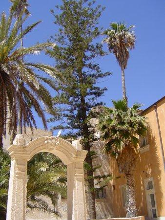 Il cortile del museo L'angolo del papiro. Antico palazzo ristrutturato e ben tenuto. Museo molto