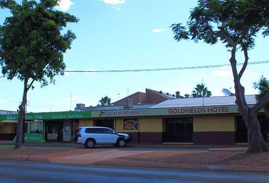 Tennant Creek, Australia: View of hotel across from street