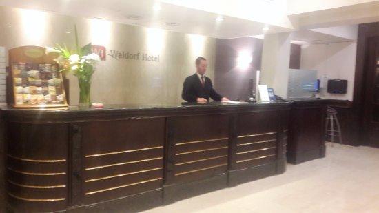 Waldorf Hotel: Lobby amplio y muy bien atendido por el recepcionista