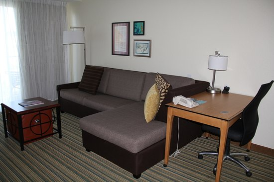Residence Inn Cape Canaveral Cocoa Beach: Nice couch/sitting area and a work desk.