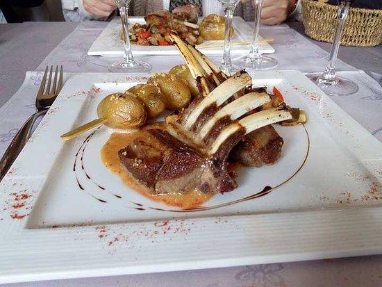Wallonie, Belgique : Couronne d'agneau brochette de grenailles niçoise de légumes