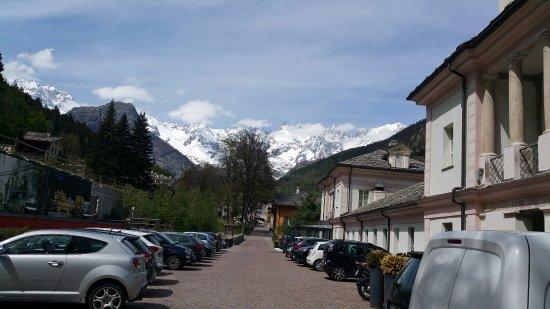 Terme di Pre Saint Didier: esterno terme vista montagne