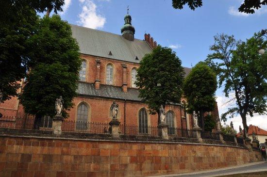 Biecz, Polen: Elewacja boczna z ogrodzeniem ozdobionym figurami świętych.