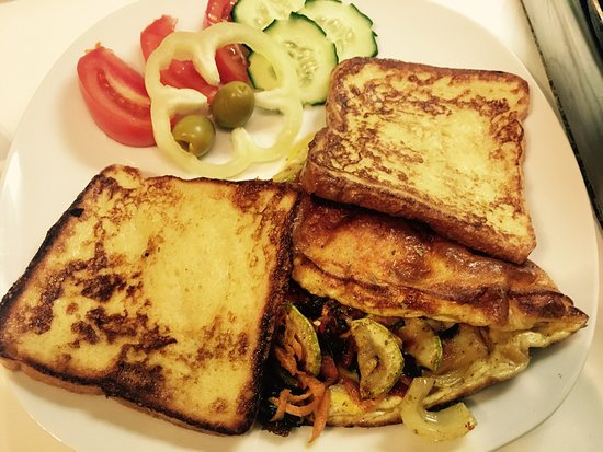 Halvat Guesthouse: French toast&veggie omelette 👍👍👍 Eggs on turkey ham coverred by spring onion 👻👻👻😇😇😇