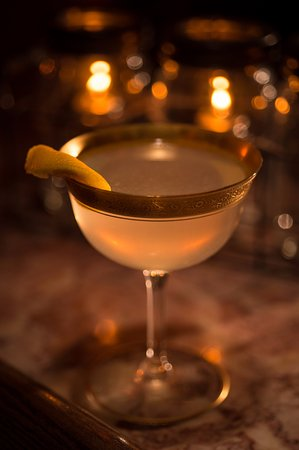 Vintage cocktails and vintage books  - Picture of The Inn at