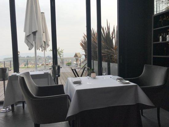 Restaurant Schwarzenstein - Nils Henkel: Tisch mit Ausblick auf die Weinlage Johannisberg im Restaurant Schwarzenstein