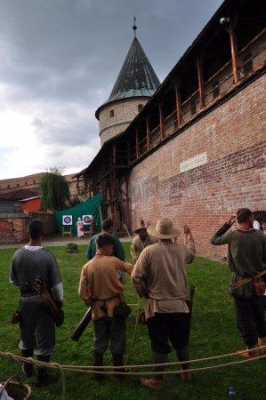 Biecz, Polen: Turniej łuczniczy przed Basztą kowalską, mieszczącą ekspozycję malarstwa.