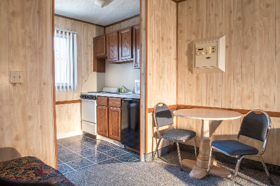 Seaside Heights, NJ : Double room with kitchenette. All rooms have wall safe (pictured over table)