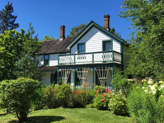 Maple Ridge, Kanada: Haney House Museum on a sunny day with gardens out front.