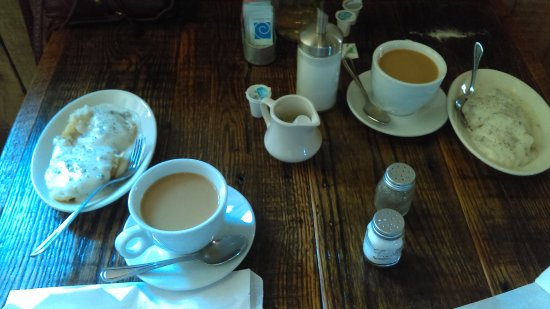 Warm Springs, GA: Breakfast of biscuits and sausage gravy, and some really good coffee