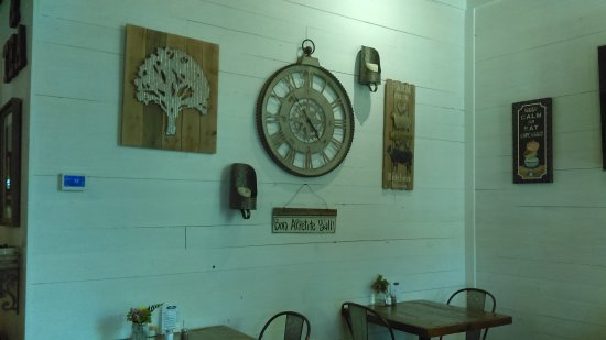 Warm Springs, GA: Another interior shot of the cafe. Such a quaint place to relax. There is also outdoor seating.