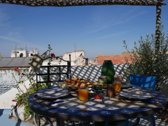 Riad Amazigh Meknes: Breakfast on the rooftop