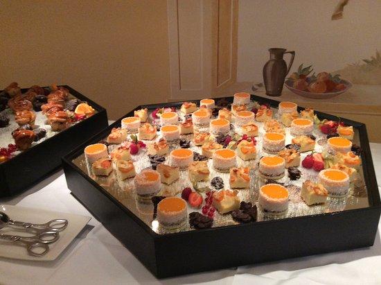 Hotel Post Ischgl: Delicious dessert buffet.
