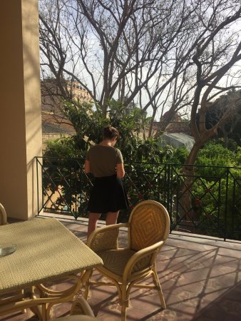 Hotel Villa Archirafi: Terrazzo della camera 103: due ampie stanze con angolo cottura attrezzato e due balconi sul giar