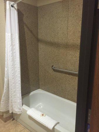 Alvarado, TX: Convenient sink outside bathroom