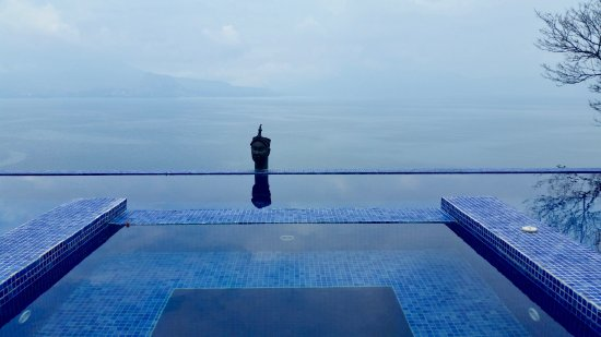 Casa Palopo: 2-bedroom Villa's infinity pool overlooking the lake.