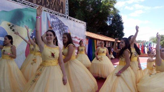 Santa Barbara d'Oeste, SP: Garotas jogando flores aos visitantes