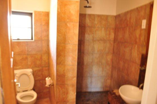 Halali Resort: Clean, adequate bathroom.