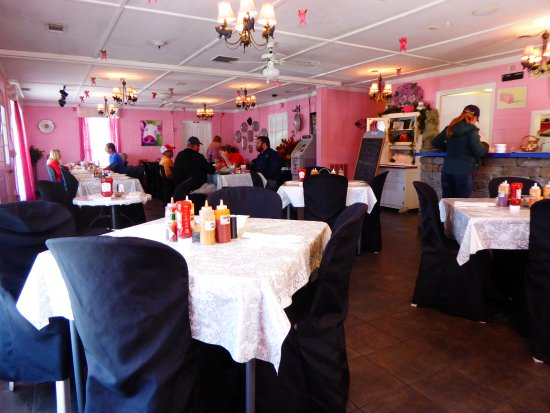 Hardeeville, SC: Simple interior, pink of course! Note selection of sauces on table.