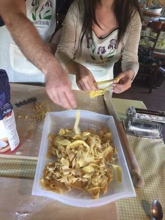 Toscana Mia: Cutting the pasta