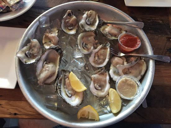 Bunky's Raw Bar & Seafood Grille: Oysters on the Half Shell