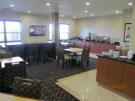 Country Inn & Suites by Radisson, Evansville, IN: Breakfast area.