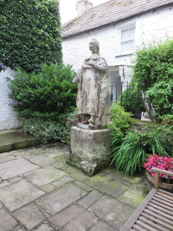 Blagraves House: Courtyard with a statue of Charles l