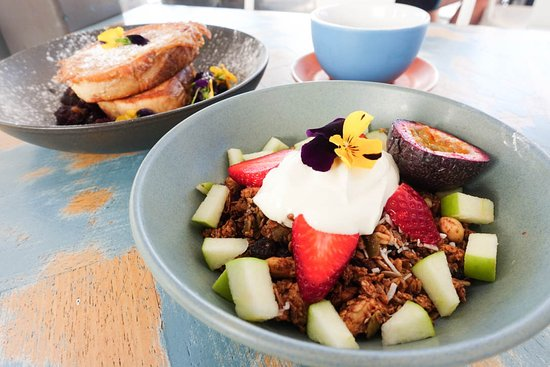 Coogee, أستراليا: Granola with fresh fruit and vanilla bean yoghurt