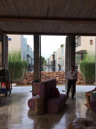 露天海水度假酒店: 充滿設計自然風的接待大廳