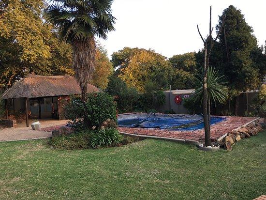Alberton, South Africa: Giardino comune con piscina e sala colazioni