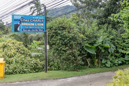 Chez Charly Bungalow: Sign from the main road leading off to the bungalows